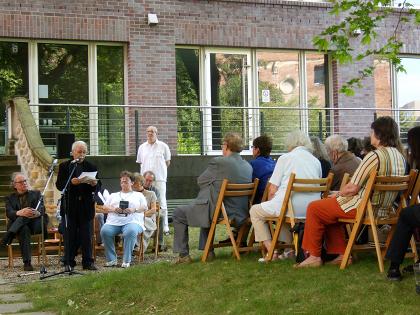 Tage-der-Poesie-in-Sachsen-2010-Adel_Karasholi-Gartenlesung